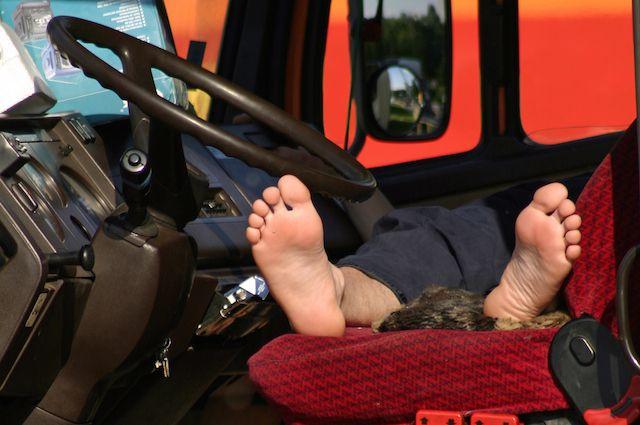 Poklicni voznik na počitku v vročih poletnih dneh